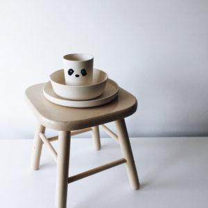 "Liewood Bambus Geschirr-Set Panda ""Creme de la creme"" auf Stuhl"