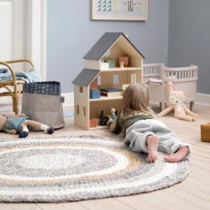 Sebra Puppenhaus mit Einrichtung im Kinderzimmer