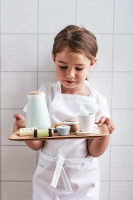 Kids Concept Kaffee- und Teeset aus Holz mit Mädchen