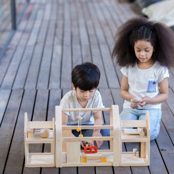 PlanToys Slide N Go Puppenhaus mit Kindern