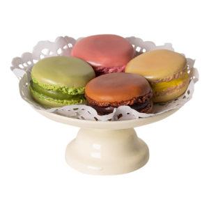 Maileg Macarons mit Kuchenständer und Karton Nahaufnahme